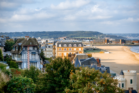 Top view of Trouville city with luxury houses and beautiful beach on the background during the morning light in France Banque d'images - 110686955