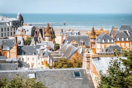 Top view of Trouville city with rooftops of luxury houses and ocean on the background in France Banque d'images - 110687771