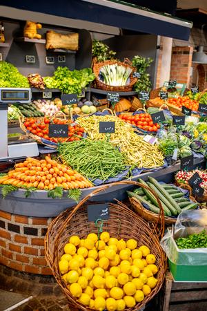 Variedad de frutas y verduras bellamente organizadas en el mostrador del mercado.