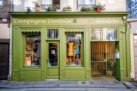 HONFLEUR, Francia - 6 settembre 2017: Street view con bellissimo negozio di fronte con vestiti nella città vecchia di Honfleur, regione della Normandia in Francia Editoriali