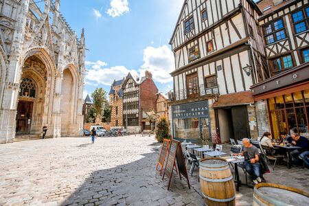 ROUEN, FRANCE - September 07, 2017: Street view with saint Maclou gothic cathedral during the sunny day in Rouen 新聞圖片