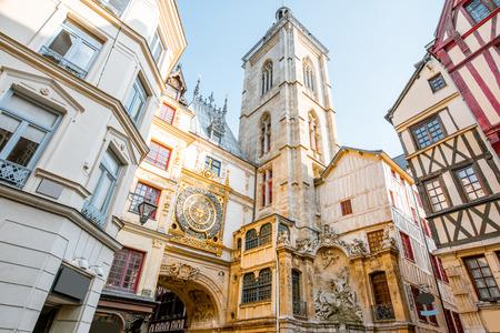 Vista de la calle con edificios antiguos y gran reloj en arco renacentista, famoso reloj astronómico en Rouen, capital de la región de Normandía