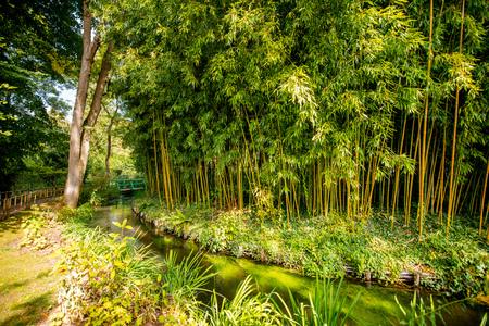 Landschaftsblick auf den schönen Garten von Claud Monets, berühmter französischer impressionistischer Maler in der Stadt Giverny in Frankreich
