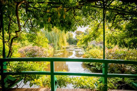 La vista horizontal en el hermoso jardín de Claud Monets, famoso pintor impresionista francés en la ciudad de Giverny en Francia