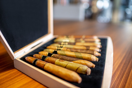 Close-up of luxury cigar set on the wooden table indoors 版權商用圖片