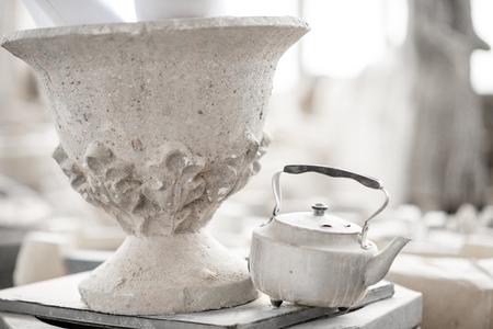 Old vase with teapot in the sculptors studio Stockfoto