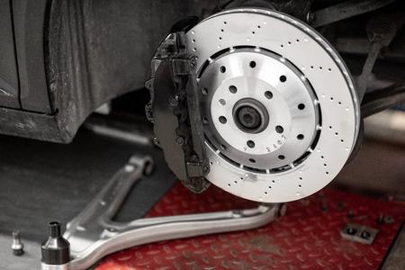 Disk eines Luxussportwagens beim Autoservice Standard-Bild