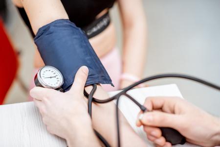 Primer plano de un proceso de medición de la presión arterial
