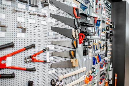 Escaparate con herramientas de jardinería en la tienda con artículos de construcción.
