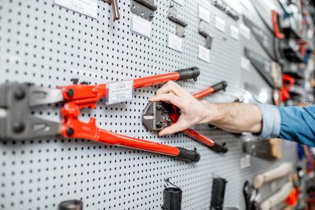 Escaparate con herramientas de jardinería en la tienda con artículos de construcción. Foto de archivo