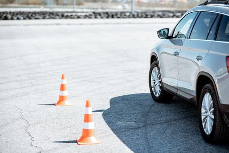 Coche de aprendizaje en el campo de entrenamiento en la escuela de conductores.