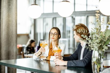 Geschäftspartner, die sich inoffiziell treffen, zusammen ein paar Cocktails an der Bar trinken