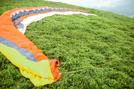 Paraglider on the green meadow prepared for the flight Zdjęcie Seryjne