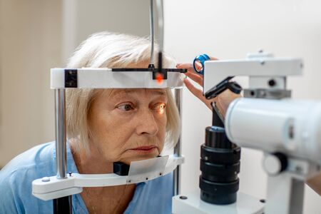 Senior woman during a medical eye examination with microscope in the ophthalmologic office Stockfoto