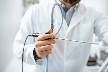 Otolaryngologist holding endoscope for examination of ENT organs, close-up view 免版税图像 - 132592266