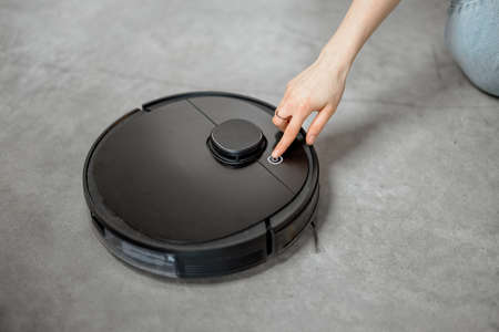 Robotic vacuum cleaner cleaning the room at home 免版税图像