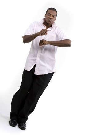 白い背景の上に踊る若い男