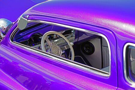 紫のホットロッドのダッシュ ボード