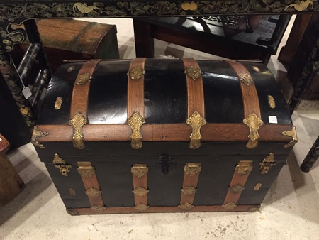 古い黒いトランク