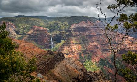 Waipoo Waimea 협곡, 하와이 카우아이에 빠진다.