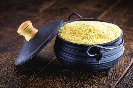 Cornmeal is fine flour made from ground corn. In its version of corn flour, it is widely used to make cakes, the cornmeal cake being a typical food of June festivals in Brazil