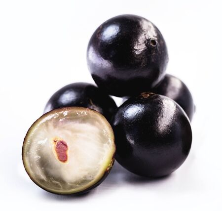 The jabuticaba or jabuticaba is a purplish black-white fruit, typical fruit of Brazil, on isolated white background. Rare organic and healthy fruits in South America, also known as Brazilian grapes. Standard-Bild