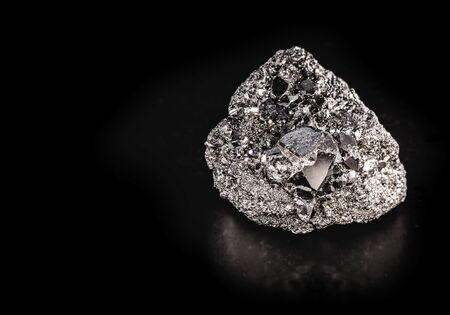 Pyrite or pyrite, also iron pyrite or iron pyrite is a typical ore from Brazil, with mythical properties. Stone of prosperity.