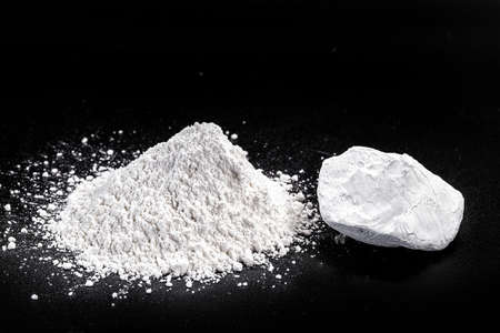 Kaolin or kaolin is an ore composed of hydrated aluminum silicates, such as kaolinite and haloisite. Used in the papaya, edible, ceramics and paints industry.