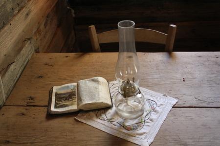 Een oude houten tafel toont met historische bijbel