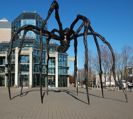 Giant Spider beeldhouwkunst, Maman, buiten de National Gallery of Canada in Ottawa, Ontario, Canada.