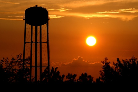 wody wieży: Kansas Sunset. Wieża ciśnień sylwetka na wschodzie słońca Seneca, Kansas.