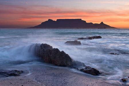 Die Farben der Tafelberg bei Sonnenuntergang mit großen Felsen im Vordergrund Standard-Bild