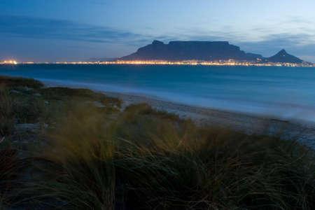 Tafelberg von Milnerton Strand mit Gras im Vordergrund bei Nacht Standard-Bild - 3807633
