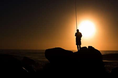 Lone Fischer auf Rock im Ozean in der Nähe von Umhlanga rocks Standard-Bild - 5344155