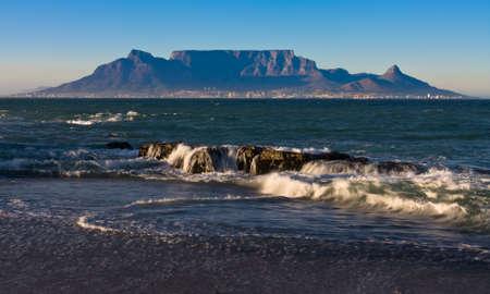 Am frühen Morgen Wellen mit Blick auf den Tafelberg von Blouberg starnd Standard-Bild