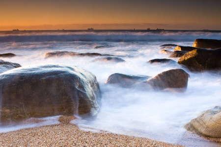 Milchig Wellen und Rocky shore Beach von Umhlanga in der Nähe von Durban Standard-Bild - 5528067