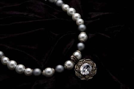 Silber Designer Kostüm Jewelery auf schwarzem Samt Hintergrund  Standard-Bild - 5528077