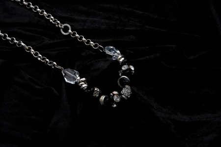 Silber Schmuck Designer Kostüm auf schwarzem Samt Hintergrund Standard-Bild - 5528074