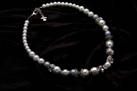 Silber Schmuck Designer Kost?m auf schwarzem Samt Hintergrund Standard-Bild - 5528087