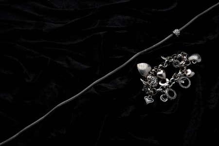 Silber Schmuck Designer Kostüm auf schwarzem Samt Hintergrund Standard-Bild - 5585116