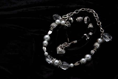 Silber Schmuck Designer Kost?m auf schwarzem Samt Hintergrund Standard-Bild - 5661573