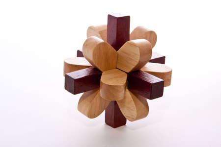Zwei farbige Burr Puzzle aus Holz, die auf weiß Standard-Bild - 5688484