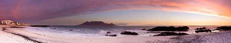 Genähte Panorama des Table Mountain von Bloubergstrand mit Felsen im Vordergrund Standard-Bild - 5688490