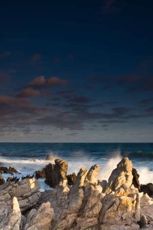 Meerblick über Felsen in der Nähe von Betty's Bay Standard-Bild - 5849593