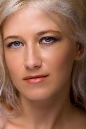 Porträt der jungen beautiful blond Frau mit blauen Augen und langen Haaren Standard-Bild - 5977022