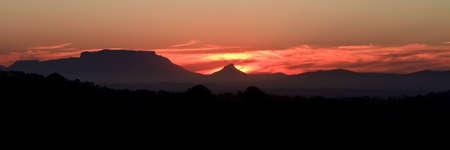Tabelle Mountain von Stellenbosch in späten Abendlicht gesehen Standard-Bild - 6392454