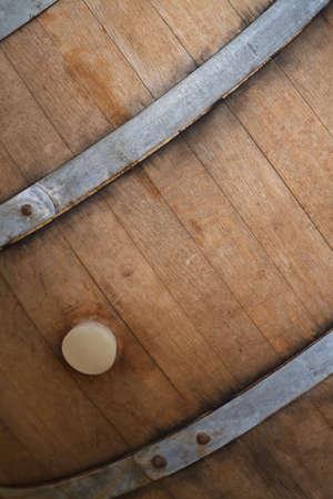 Alte hölzerne Wein Barrel mit Metall Klammer in Weingut Standard-Bild - 6392453