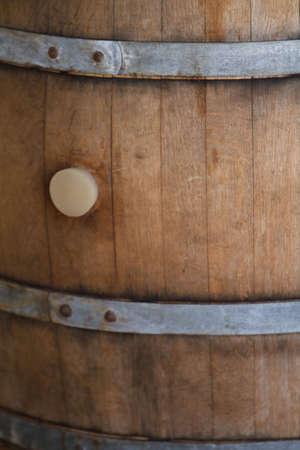 Alte hölzerne Wein Barrel mit Metall Klammer in Weingut Standard-Bild - 6401313