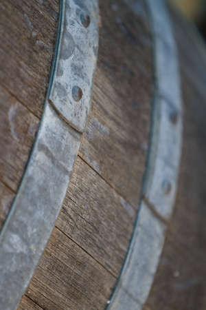 Alte hölzerne Weinfass mit Metall Klammer im Weingut  Standard-Bild - 6401310