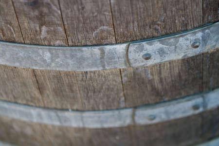Alte hölzerne Wein Barrel mit Metall Klammer in Weingut Standard-Bild - 6448526